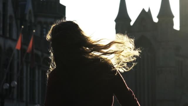 kız şehirde yürüyüş - ortaçağ stok videoları ve detay görüntü çekimi