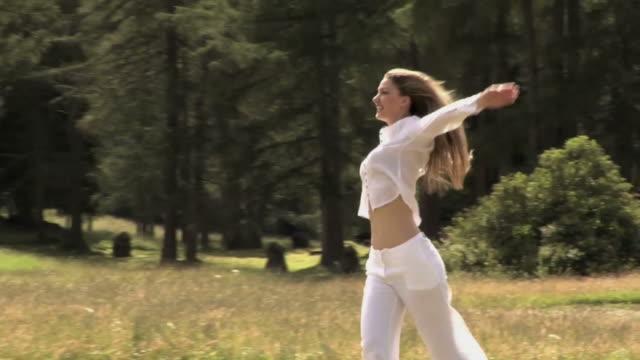girl walks in the mountains - gympingdräkt bildbanksvideor och videomaterial från bakom kulisserna