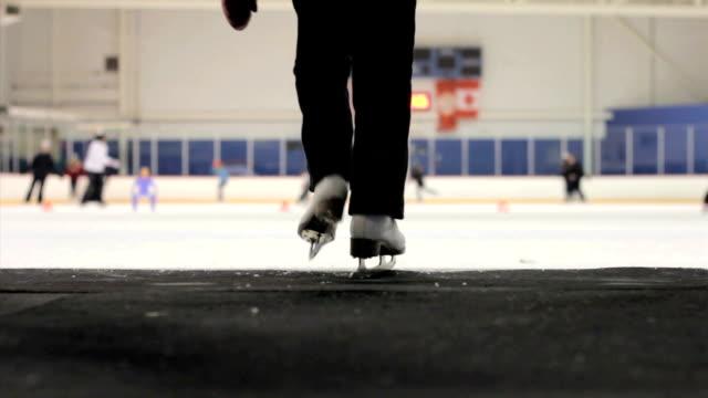 dziewczyna idzie na lodzie na lodowisko - łyżwa filmów i materiałów b-roll
