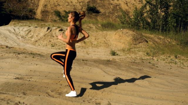 vidéos et rushes de jeune fille réchauffé avant l'exercice, faire du jogging sur place - joggeuse