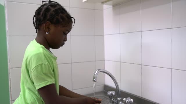 flicka som handtvätt i dagis badrum - washing hands bildbanksvideor och videomaterial från bakom kulisserna