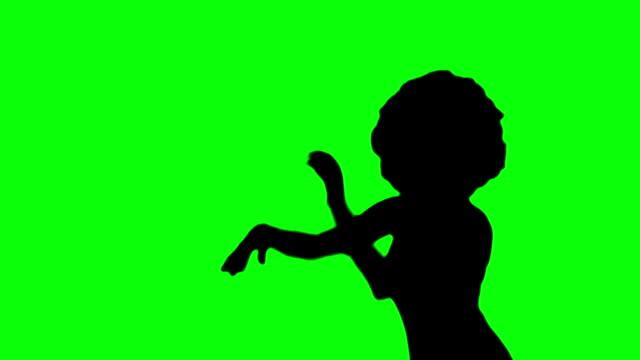 vídeos de stock, filmes e b-roll de menina com dança do ventre afro-silhueta contra verde - clubbing