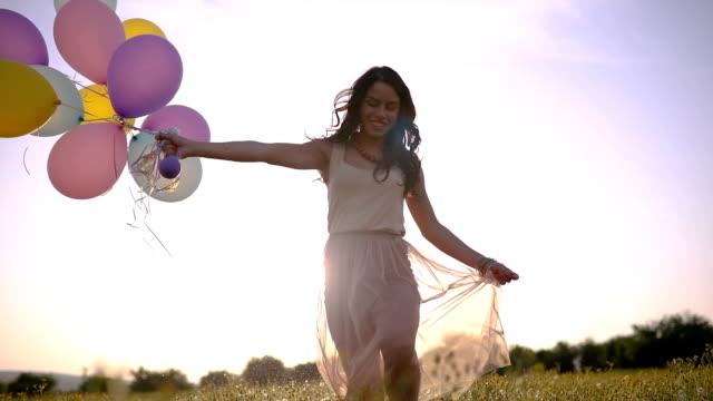 vídeos de stock e filmes b-roll de girl with balloons in slow motion - mulher balões