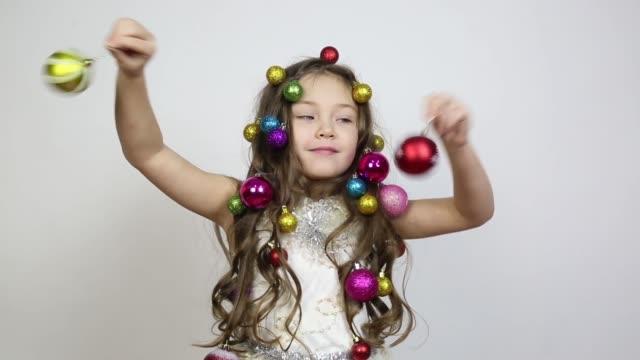 mädchen mit weihnachtsdekorationen auf dem kopf. - girlande dekoration stock-videos und b-roll-filmmaterial