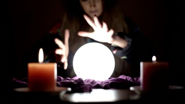 flicka med magiska kristallkula - förutsäga bildbanksvideor och videomaterial från bakom kulisserna