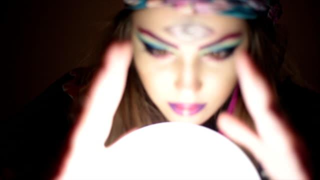 vidéos et rushes de fille avec boule magique de cristal - bonne chance