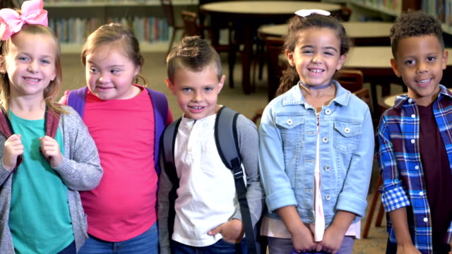 vídeos de stock e filmes b-roll de girl with down syndrome, friends in elementary school - pessoas com deficiência