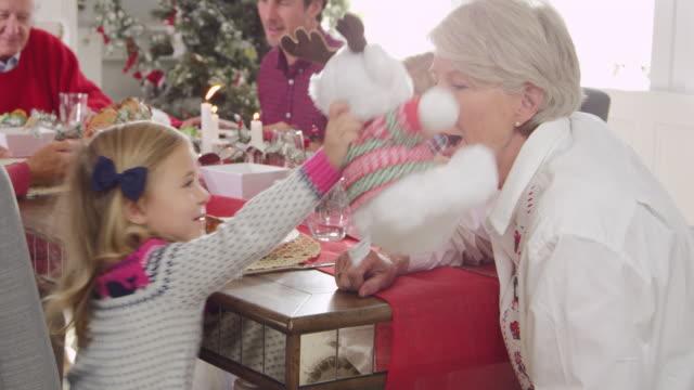 ragazza con nonna godendo il pasto di natale foto su r3d - pranzo di natale video stock e b–roll