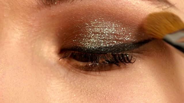 stockvideo's en b-roll-footage met meisje met make-up borstel. close-up. slow motion - oogschaduw