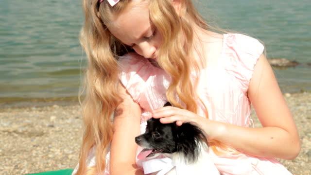 女の子、子犬 - 愛玩犬点の映像素材/bロール