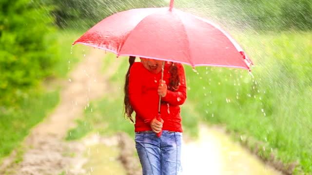 девушка с красный зонт - жакет стоковые видео и кадры b-roll