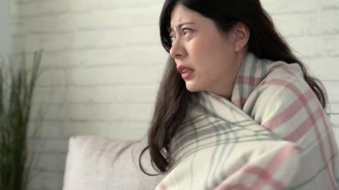 vidéos et rushes de fille sans chauffage à la maison en hiver. - froid