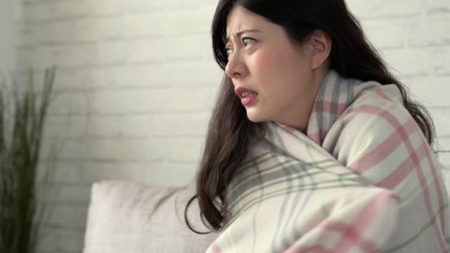 kışın evde kalorifer olmayan kız. - dondurulmuş stok videoları ve detay görüntü çekimi
