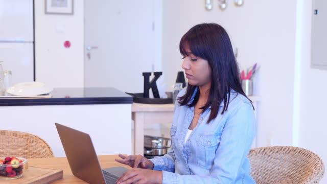 flicka som arbetar hemifrån under covid-19 lockdown - vpn bildbanksvideor och videomaterial från bakom kulisserna