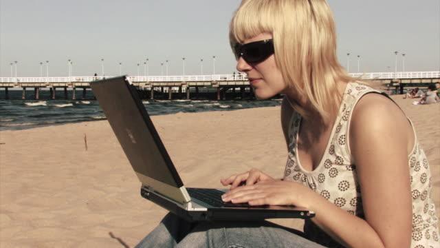 girl working on notebook by the sea2 hd - endast en tonårsflicka bildbanksvideor och videomaterial från bakom kulisserna