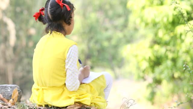 vidéos et rushes de jeune fille écrivant sur ardoise - ardoise