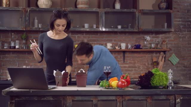 flickvän och pojkvän njuta av dagen hemma - wine box bildbanksvideor och videomaterial från bakom kulisserna