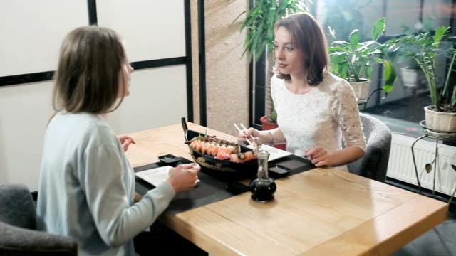 彼女のお寿司ロールと おしゃべり ビデオ