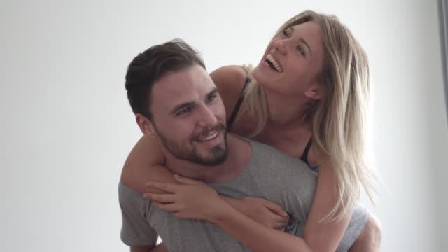 여자 친구 놀이 와 남자 친구 - 이성 커플 스톡 비디오 및 b-롤 화면