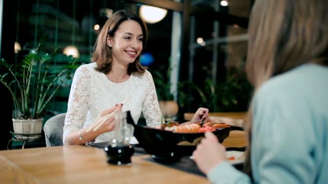 ガールフレンドのお寿司、日本料理レストランです。 ビデオ