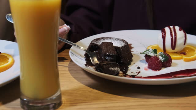 freundinnen essen süßes dessert in einem restaurant. schokolade fondant - zuckerguss stock-videos und b-roll-filmmaterial