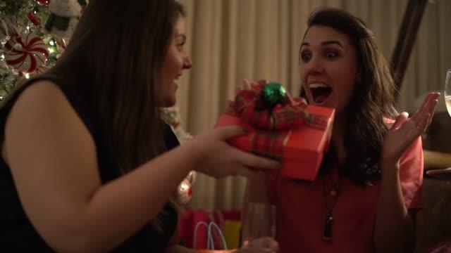 stockvideo's en b-roll-footage met vriendinnen geven kerstcadeau - uitwisselen