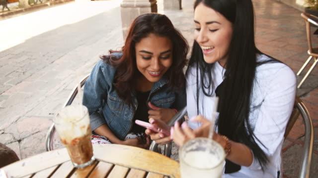 vídeos de stock e filmes b-roll de girlfriends hanging out in mexico - amizade feminina