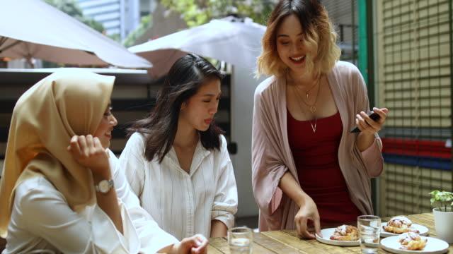 vídeos de stock, filmes e b-roll de namoradas, tendo um grande momento no café - reunião encontro social