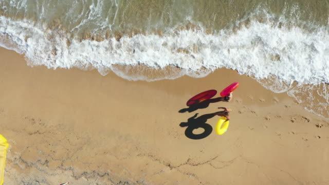 girlfriends having a walk by the sea - amicizia tra donne video stock e b–roll