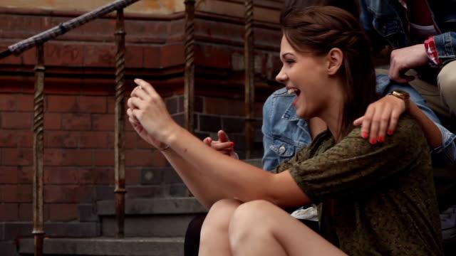 stockvideo's en b-roll-footage met girlfriends smartphone picture - sober leven