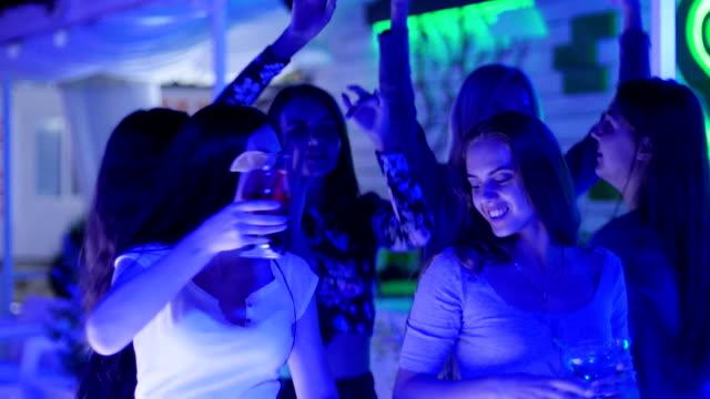 stockvideo's en b-roll-footage met vriendinnen samen dans met kleurrijke alcoholische cocktails op partij - dancing