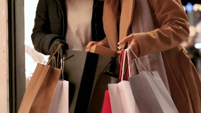 flickvänner fönstershoppa i julklapp - köpnarkoman bildbanksvideor och videomaterial från bakom kulisserna