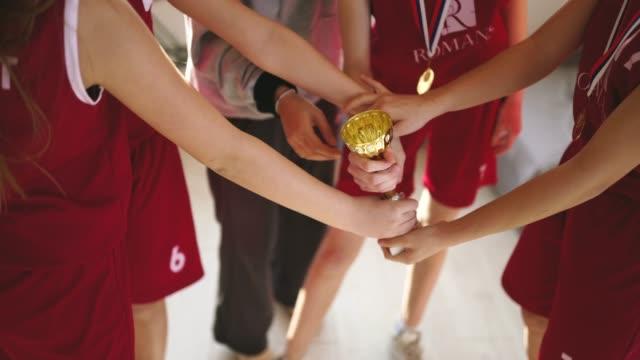 vídeos de stock, filmes e b-roll de meninas e ônibus que comemoram ganhar um troféu - troféu