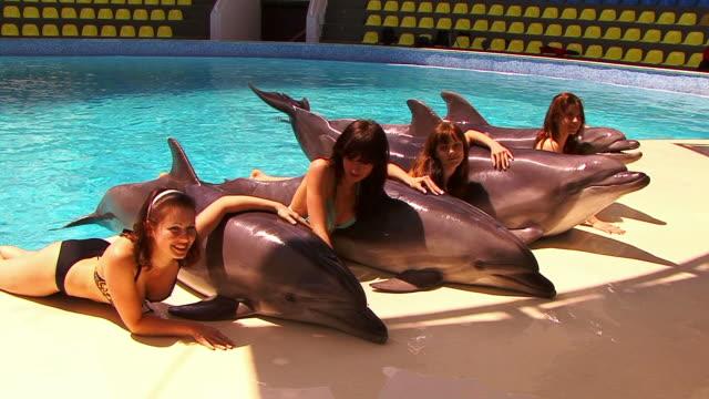 Niñas y a los delfines - vídeo
