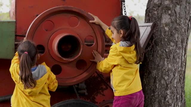 vidéos et rushes de les filles jouent avec hay maker - foin