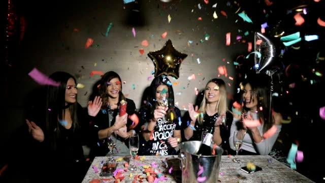 紙吹雪を飛び出るパーティー女の子 ビデオ