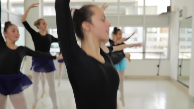 スタジオで女性バレエ ダンサー - バレリーナ点の映像素材/bロール