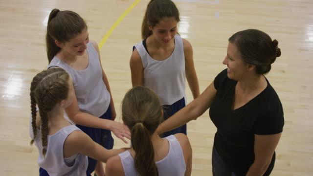 stockvideo's en b-roll-footage met meisjes basketbal huddle - huddle