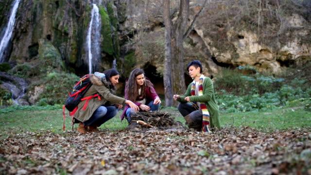 女の子を集める火自然の森の中 ビデオ
