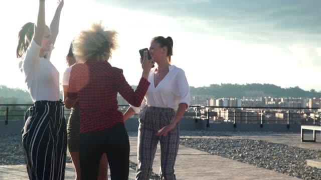 mädchen tanzen auf dem dach - lateinische schrift stock-videos und b-roll-filmmaterial