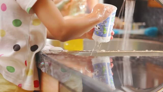 Girls do dishes with mom video