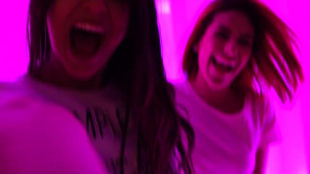 다채로운 터널-축 하 개념으로 사람을 따라 하는 여자 - influencer 스톡 비디오 및 b-롤 화면