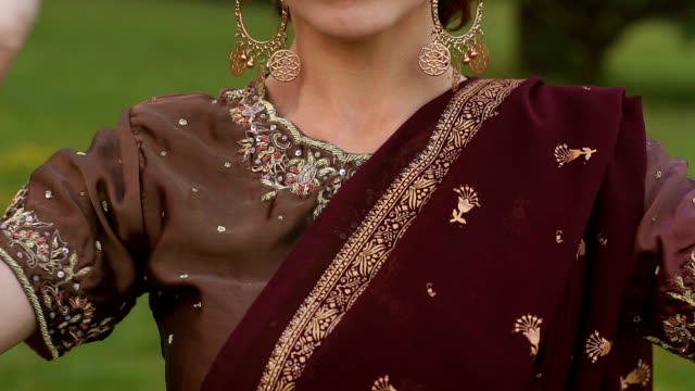 girl's hands with indian mehendi drawings,close-up - sari filmów i materiałów b-roll
