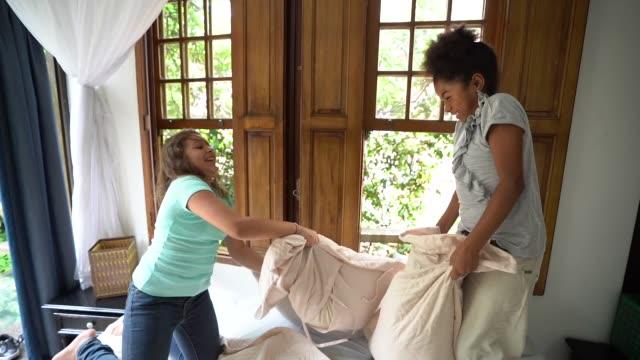 девушки, имеющие подушку бой - предподростковый возраст стоковые видео и кадры b-roll