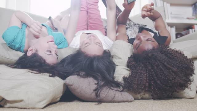Garotas se divertindo com telefones - vídeo