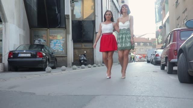 girls in dresses - dobrze ubrany filmów i materiałów b-roll