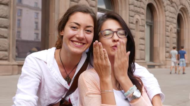 flickor i staden - blåsa en kyss bildbanksvideor och videomaterial från bakom kulisserna