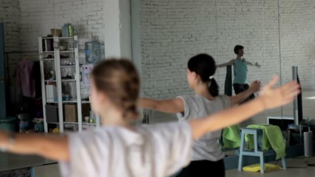 mädchen lernen den neuen tanz - gymnastikanzug stock-videos und b-roll-filmmaterial