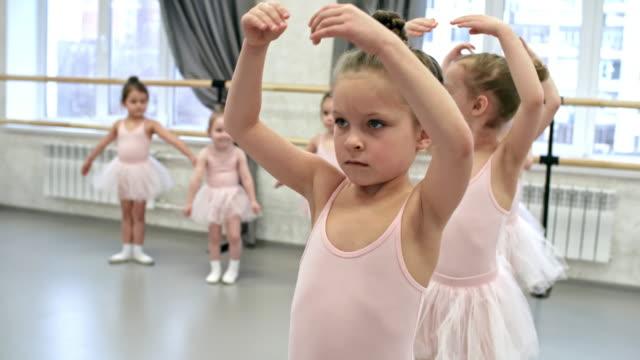 腕の動きを学習女の子 - チュール生地点の映像素材/bロール