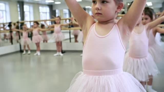 flickor lära sig balett arm positioner - gympingdräkt bildbanksvideor och videomaterial från bakom kulisserna